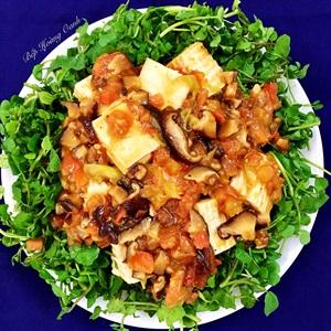 Salad xoong trộn với đậu hủ sốt nấm cà chua chay