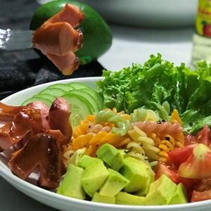 Salad xúc xích nui xoắn sốt giấm táo
