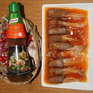 Thịt bò cuộn nấm kim châm sốt cay