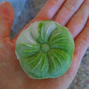 Bánh dẻo trà xanh nhân hạt sen táo đỏ