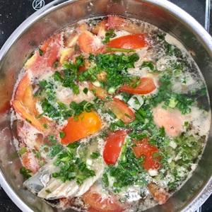 Canh chua đầu con cá hồi