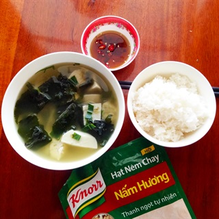 """Canh môn nấu <a href=""""https://www.rongbienhanquoc.net/san-pham.html"""" _fcksavedurl=""""https://www.rongbienhanquoc.net/san-pham.html"""">rong biển</a>"""
