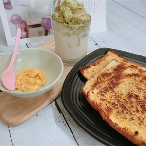 Bánh sandwich bơ tỏi chấm sốt phô mai cay
