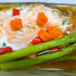 Cá hồi hấp măng tây cà rốt