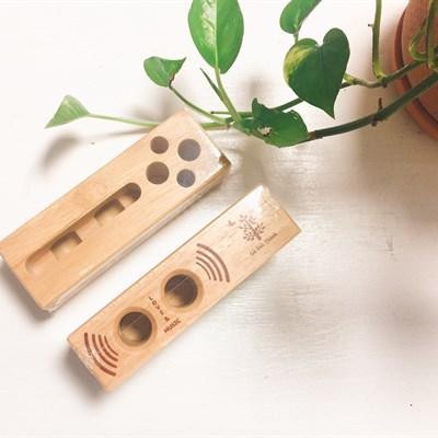Giá gỗ đựng bút và điện thoại