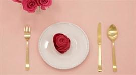 Gấp khăn ăn hình hoa hồng tuyệt đẹp cho bàn tiệc Tết